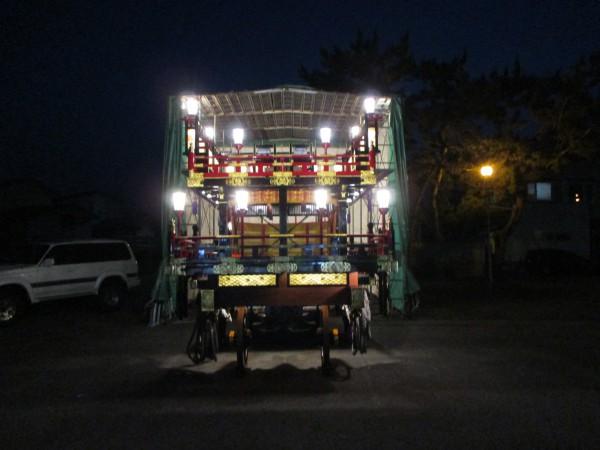 義公山の山車。まだ飾りをしていないが、きらびやかでとても大きい。